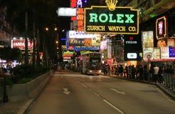 Scena della via di Nathan Road con un autobus a due piani che tira in una fermata Fotografie Stock Libere da Diritti