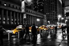 Scena della via di New York con la carrozza/taxi gialli famosi Immagine Stock