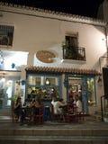 Scena della via di notte a Mijas una di villaggi 'bianchi' più bei Immagini Stock