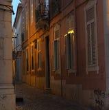 Scena della via a Faro Portogallo al crepuscolo Fotografia Stock