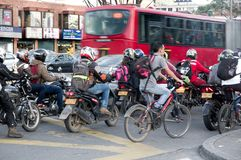 Scena della via della gente a Bogota Colombia Immagini Stock