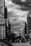 Scena della via in Manhattan del centro, in bianco e nero, New York, NY fotografia stock libera da diritti