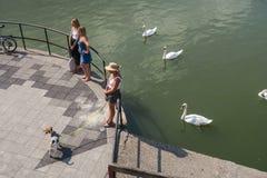 Scena della via a Metz, Francia, al pensionante del fiume di Mosella immagini stock