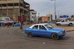 Scena della via nella città della Bissau con un taxi in una rotonda vicino al mercato di Bandim, in Guinea-Bissau fotografia stock