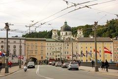 Scena della via nella vecchia città Salisburgo l'austria Fotografie Stock Libere da Diritti