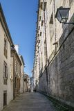 Scena della via nella vecchia città spagna di Santiago di Compostela Immagini Stock