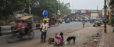 Scena della via vicino alla stazione ferroviaria di Delhi Immagine Stock
