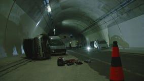 Scena dentro un tunnel, pompieri di incidente stradale che salvano la gente dalle automobili archivi video