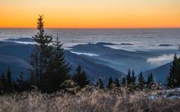 Scena di alba con le nuvole in montagne Fotografie Stock