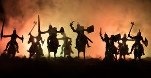 Scena di battaglia medievale con cavalleria e fanteria Siluette delle figure come oggetti separati, lotta fra i guerrieri su buio fotografia stock libera da diritti