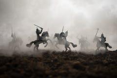 Scena di battaglia medievale con cavalleria e fanteria Siluette delle figure come oggetti separati, lotta fra i guerrieri sul tra fotografia stock libera da diritti