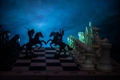 Scena di battaglia medievale con cavalleria e fanteria sulla scacchiera Concetto del gioco di scacchiera delle idee di affari e c fotografie stock