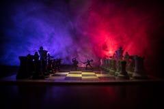 Scena di battaglia medievale con cavalleria e fanteria sulla scacchiera Concetto del gioco di scacchiera delle idee di affari e c immagine stock