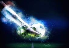 Scena di calcio alla partita di notte con il giocatore pronto a sparare la palla fotografia stock