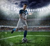 Scena di calcio con i giocatori di football americano in competizione allo stadio Fotografia Stock