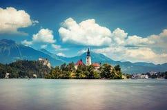 Scena di estate nel parco del lago Bled con il laureato medievale di Blejski del castello Fotografie Stock
