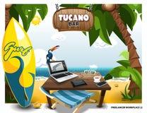 Scena di estate sulla spiaggia con la tavola e Tucano sul computer portatile Posto di lavoro delle free lance Fotografia Stock Libera da Diritti
