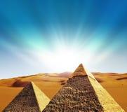 Scena di fantasia delle piramidi di giza Immagini Stock Libere da Diritti