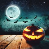 Scena di Halloween - Jack Lanterns Glowing At Moonlight nella notte spettrale immagine stock libera da diritti