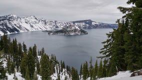 Scena di inverno al vulcano del lago crater innevato fotografia stock