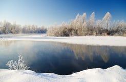 Scena di inverno con il fondo del fiume Fotografia Stock
