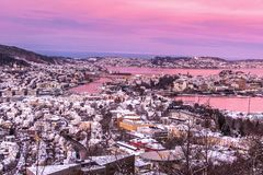 Scena di inverno con la vista aerea di Bergen City ad alba rosa immagini stock