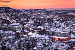 Scena di inverno con la vista aerea di Bergen City all'alba immagini stock libere da diritti