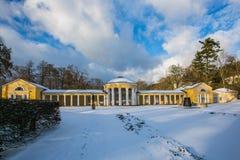 Scena di inverno di costruzione gialla della colonnato di Ferdinand a Marienbad immagine stock
