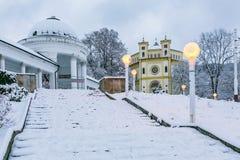 Scena di inverno della chiesa cristiana dell'assunzione di Maria immagine stock libera da diritti