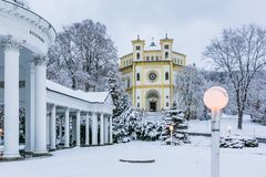 Scena di inverno della chiesa cristiana dell'assunzione di Maria fotografia stock libera da diritti