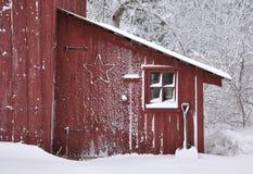 Scena di inverno dello Snowy di vecchia tettoia Fotografia Stock Libera da Diritti
