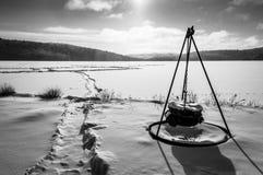 Scena di inverno di mattina su un lago fotografie stock