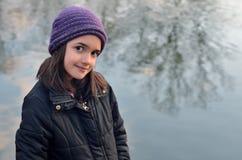 Bambina con il cappello porpora Fotografie Stock
