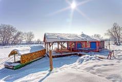 Scena di inverno sul fiume congelato Fotografia Stock
