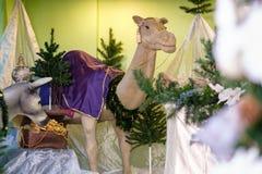 Scena di Manger di Natale con i modelli compreso una mangiatoia vuota, Ca Fotografie Stock