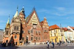 Scena di mattina sul quadrato del mercato di Wroclaw con municipio, Polonia immagine stock libera da diritti