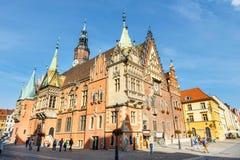 Scena di mattina sul quadrato del mercato di Wroclaw con municipio, Polonia immagini stock