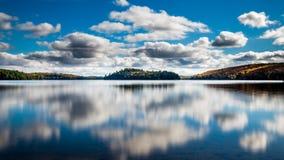 Scena di mezzogiorno di un lago con cielo blu e le nuvole drammatiche fotografie stock libere da diritti