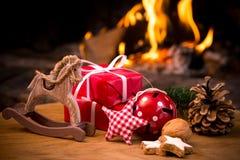 Scena di Natale con i regali dell'albero Immagini Stock Libere da Diritti