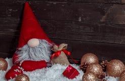 Scena di Natale con la decorazione e la neve del nano di natale Immagini Stock Libere da Diritti
