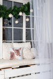 Scena di Natale con le decorazioni di festa sul davanzale di inverno Fotografia Stock