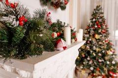 Scena di natale Progettazione della cartolina d'auguri di festa Vintage ha designato Bei albero di Natale, decorazione e candele  fotografie stock
