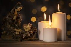 Scena di Natale di vergine Maria con il bambino Gesù fotografia stock libera da diritti
