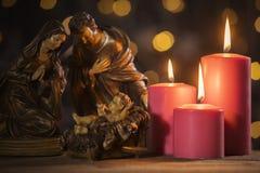 Scena di natività con le candele brucianti immagini stock