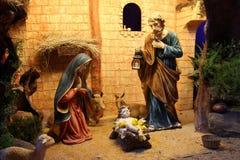 Scena di natività di Natale con le figurine compreso Gesù, Maria, Joseph e le pecore Fotografie Stock