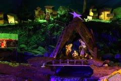 Scena di natività di Natale con le figurine compreso Gesù, Maria, Joseph e le pecore Immagini Stock Libere da Diritti