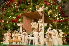 Scena di natività di Natale con l'albero vago di Chrstmas nel fondo fotografia stock libera da diritti