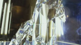 Scena di natività nella cattedrale di Notre-Dame con le siluette di cristallo archivi video