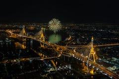 Scena di notte al ponte di Bhumibol con i fuochi d'artificio fotografie stock libere da diritti