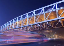 Scena di notte con il ponte pedonale illuminato e traffico nel mosso, Pechino, Cina Fotografia Stock Libera da Diritti